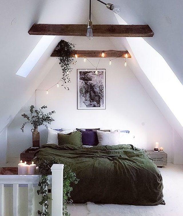 m kleine eenvoudige maar sfeervolle slk door witte wanden en houten balken natuurlijke slaapkamer