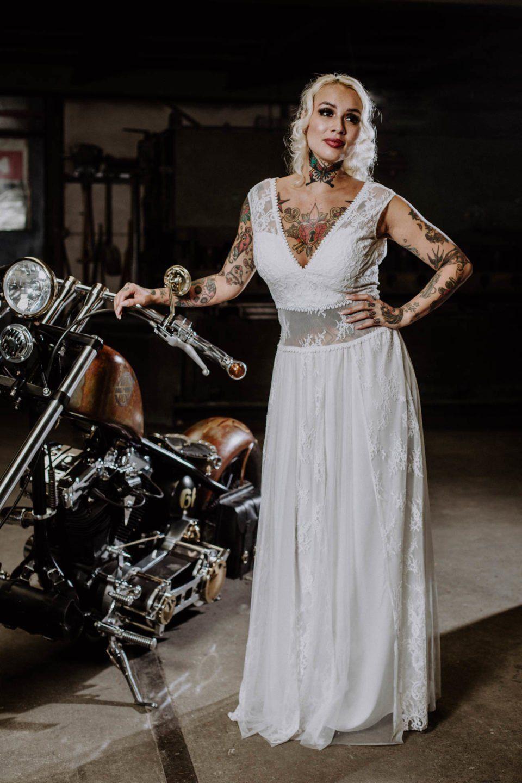 Bauchfreies Brautkleid bei Biker Hochzeit  Tätowierte bräute