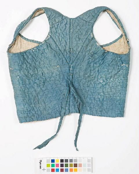 Flexible female body taffeta quilted cotton batting blue silk and lined with a cotton or linen ecru, trimmed at the armhole and neckline of a silk taffeta ribbon of the same color. This kind of clothing was worn in the 1780s