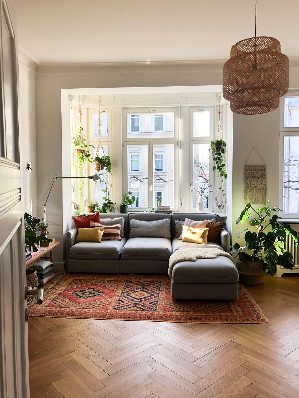 Buntes Wohnzimmer mit grauem Sofa