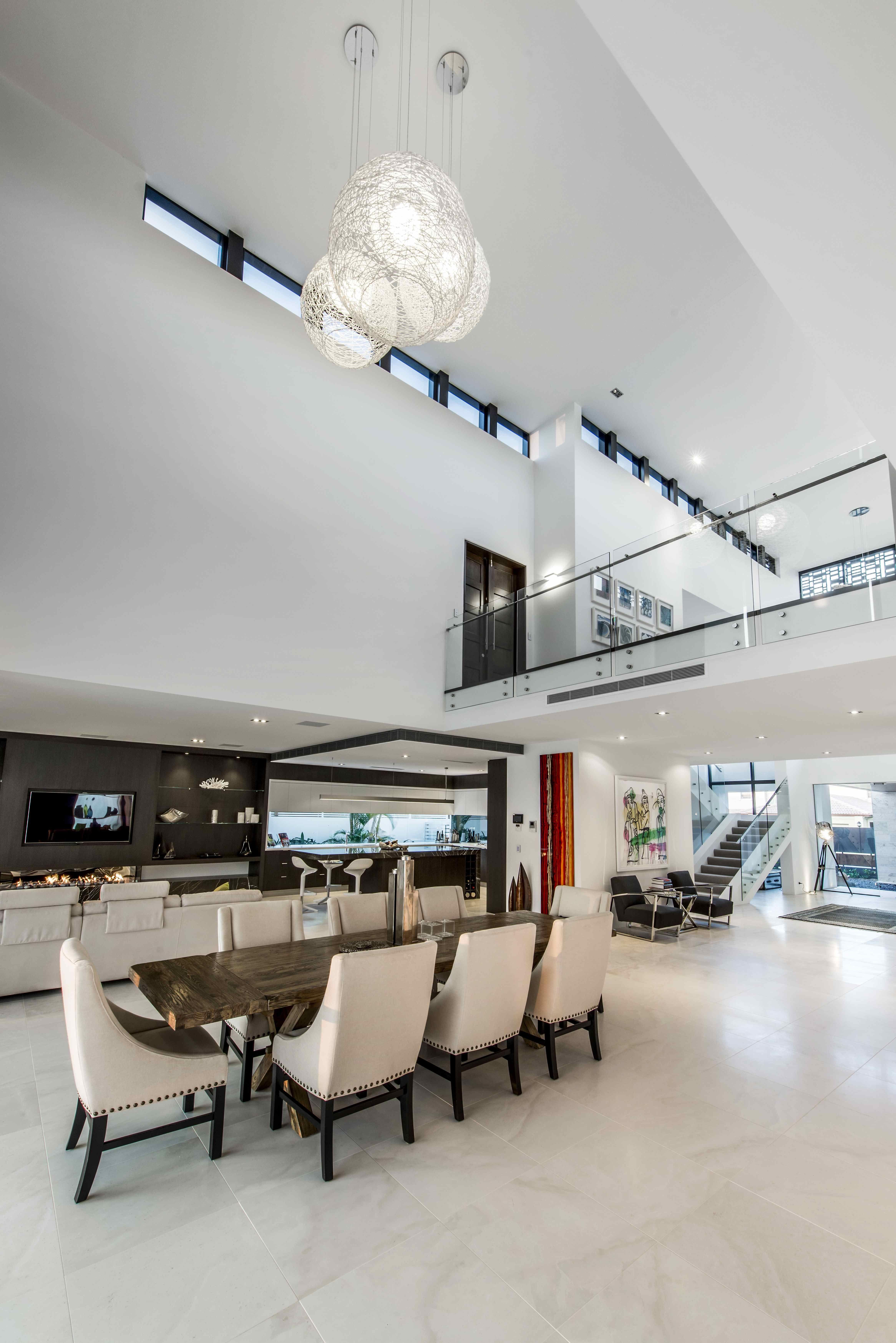 Decoraci n salones modernos modern interiors doble Comedores altos modernos
