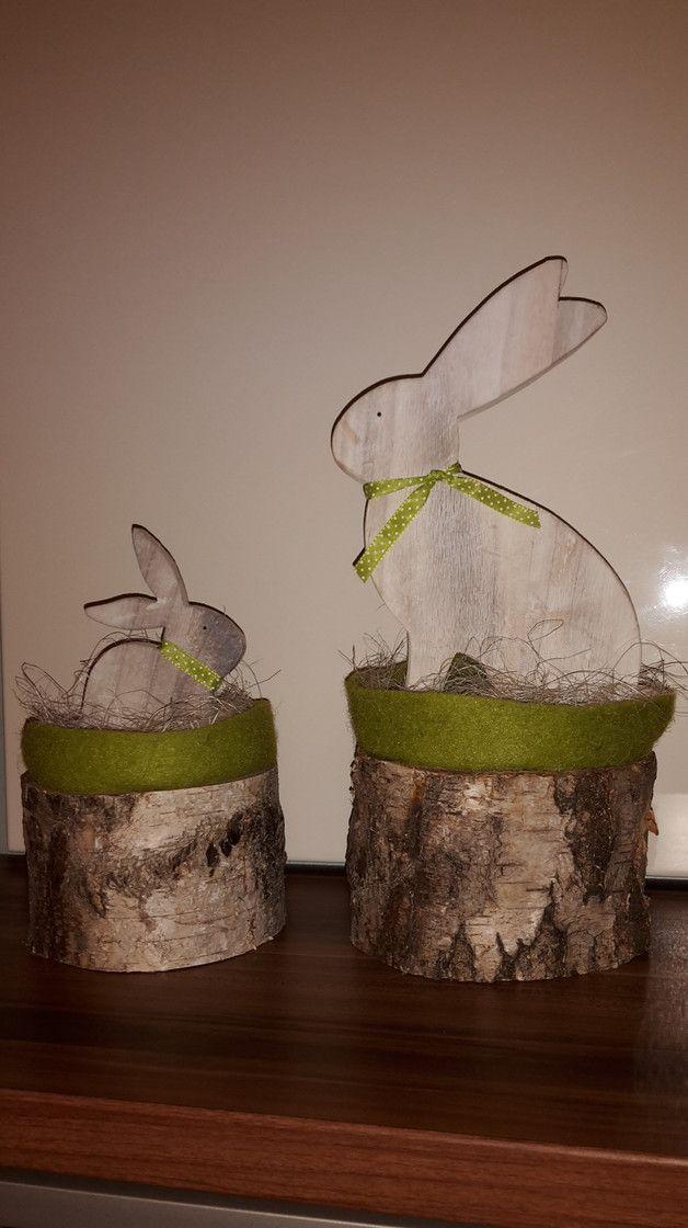 Holzbalken Le wunderschöner großer osterhase sitzt im filz nest im stroh auf
