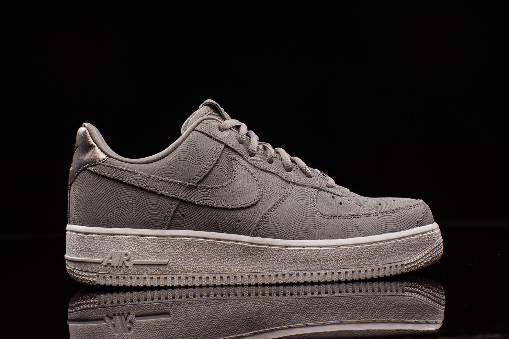 timeless design aa2e3 c1d0e Sneakers femme - Nike Drops New Air Force 1 Low in Premium Suede Just for  the Ladies