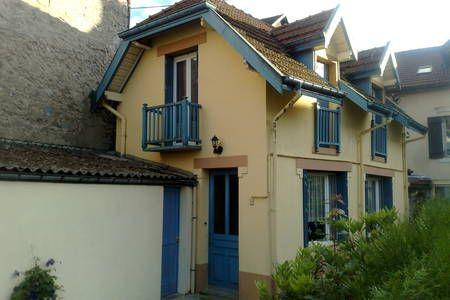 Regardez ce logement incroyable sur Airbnb : Charmante maison au centre ville - maisons à louer à Gérardmer