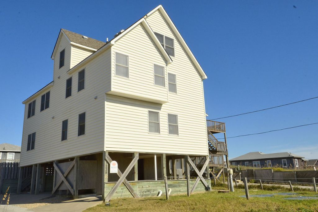 Skipper S Fantasy Live It Up In This Adorable Vacation Home Complete With The Benefits Of Oceanfront Acce Vacation Obx Vacation Outer Banks Vacation Rentals