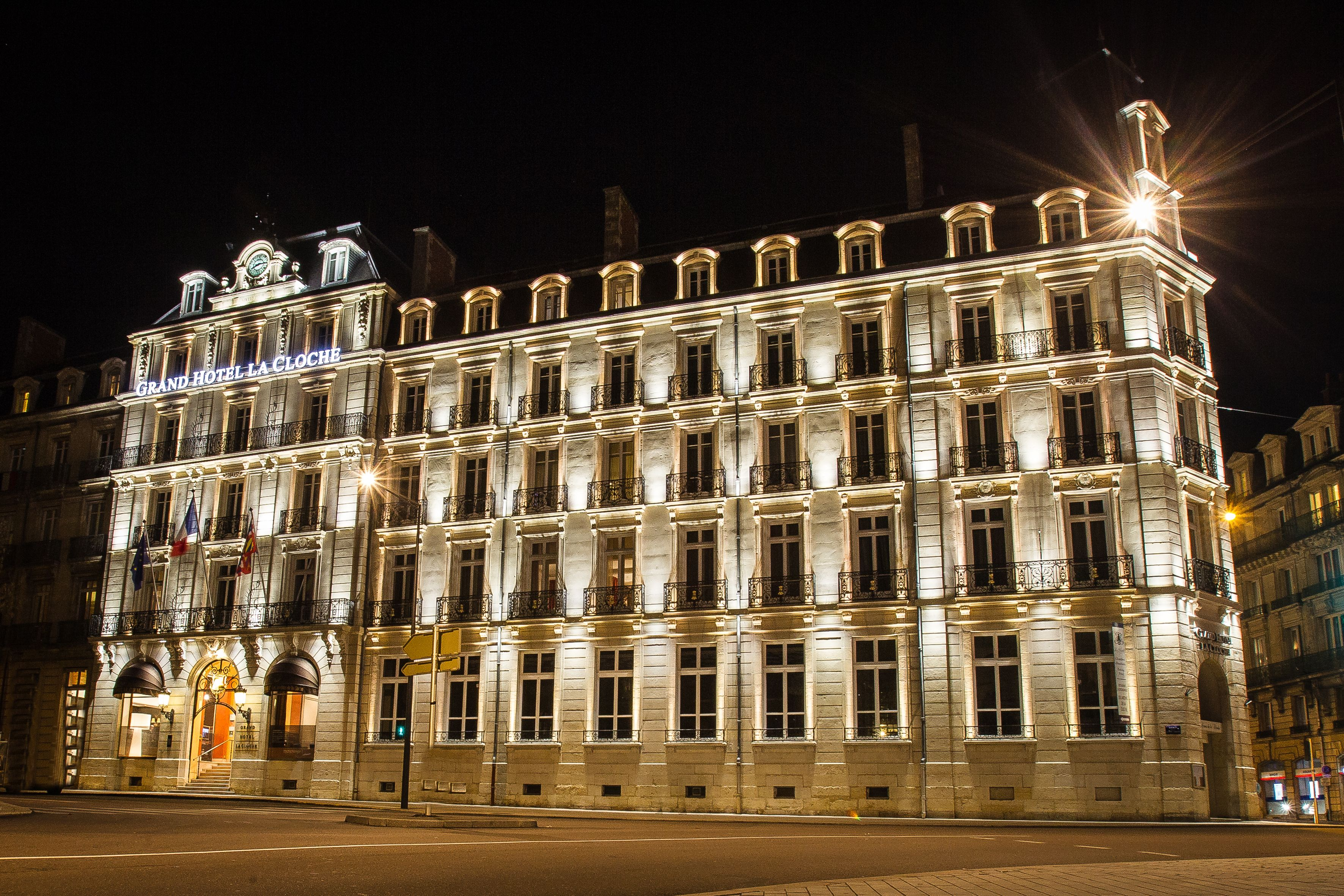 Dijon le Grand H´tel La Cloche respire en bleu blanc rouge
