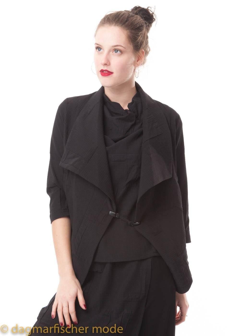 5133d13b23 Kurze Jacke Hantas von ELSEWHERE in black und stone - dagmarfischer mode |  Ausgefallene Designer Mode