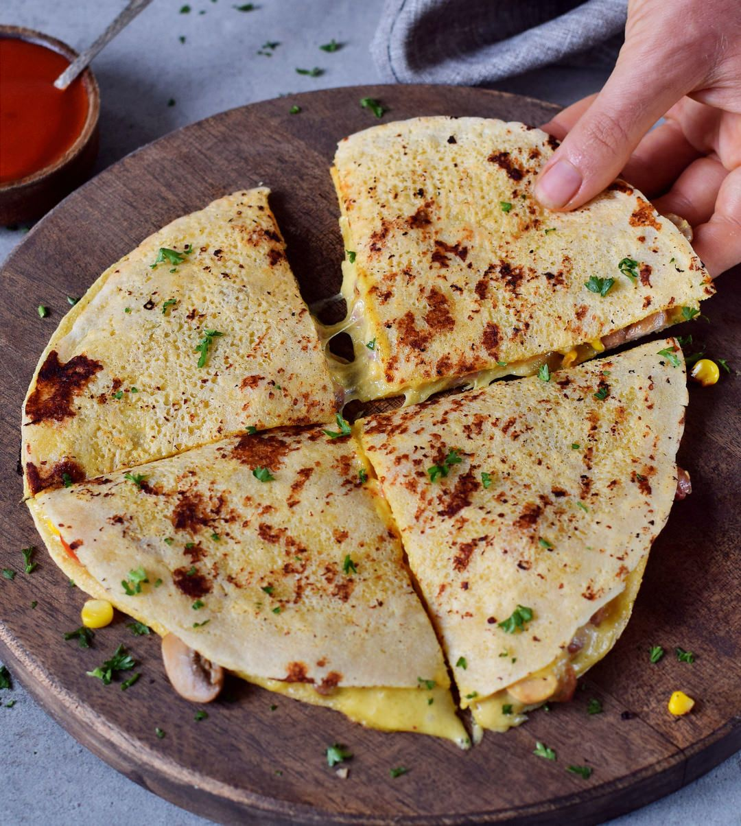 These vegan quesadillas are perfect for lunch, dinner or as a filling snack! The recipe is gluten-free, dairy-free, nut-free, and super easy to make. #vegan #plantbased #glutenfree #quesadillas #lunch #dinner | elavegan.com #maketacoseasoning