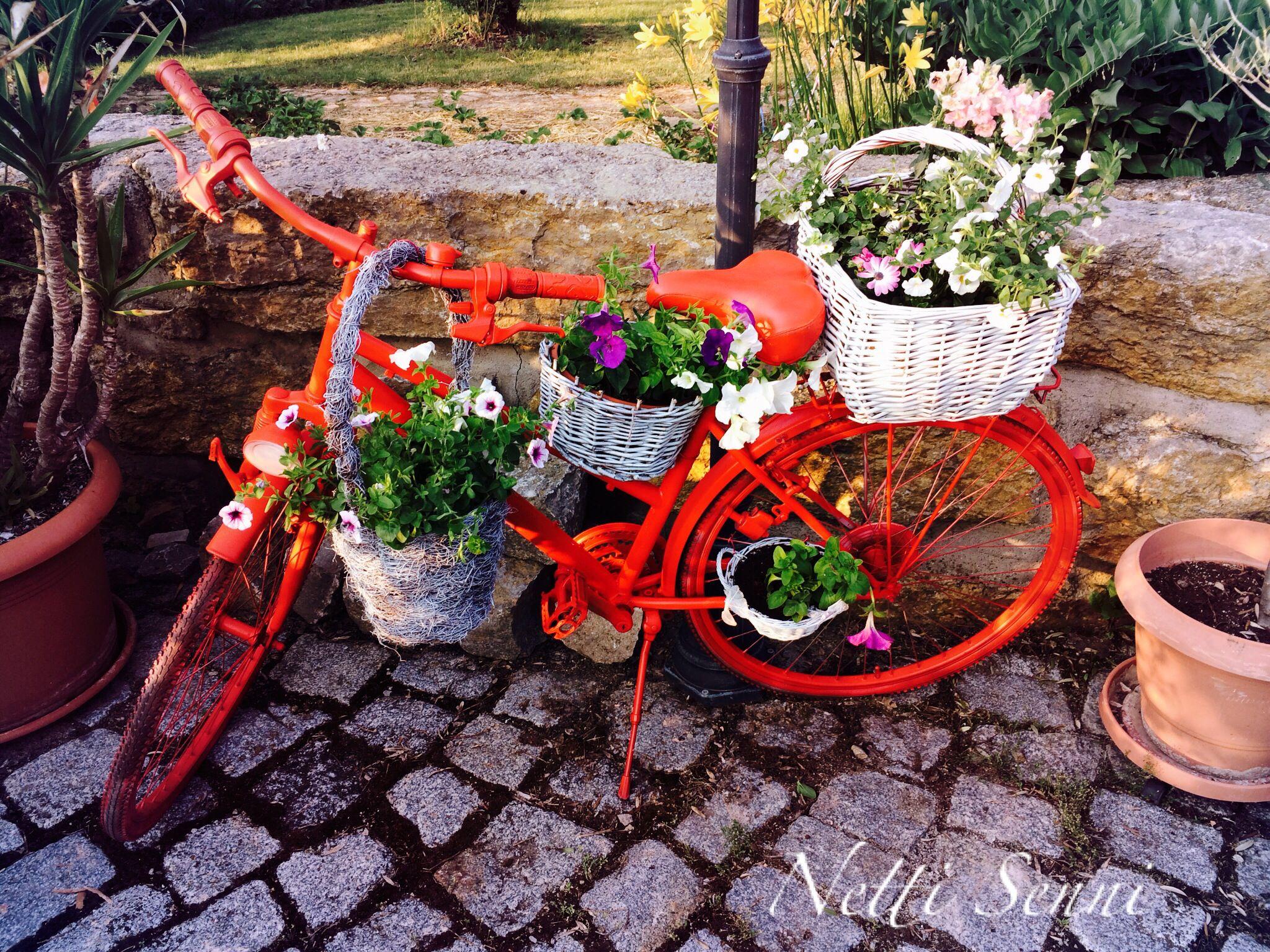 altes fahrrad zum blumenst nder umfunktioniert dauerhafte dekorationen altes fahrrad. Black Bedroom Furniture Sets. Home Design Ideas