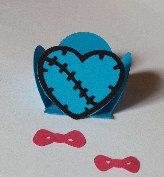 Forminha Monster High -Coração   A forminha monster high coração é uma linda opção para você decorar sua mesa de doces no tema Monster High. Feita em papel de gramatura 180.  Podemos fazer na cor e tamanho desejado pelo cliente, consulte-nos.  Dimensões:  Base da forminha: 3,5 cm  Altura máxima: ...