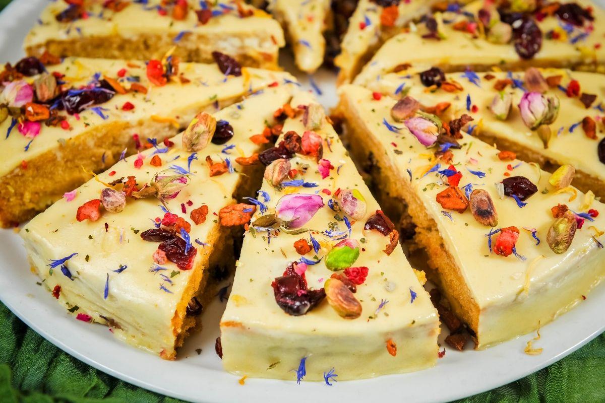Posjetili smo vegetarijanski i veganski restoran Nishta u njegovoj zagrebačkoj inačici u Masarykovoj (drugi je smješten u Dubrovniku) i provjerili kakve deserte spremaju u ovo blgdansko vrijeme. U dogovoru s kuharicom Tanjom Ratković odlučili smo s vama podijeliti recept za tortu s bijelom čokoladom – onom veganskom, dakako. Sastojci 150 grama kukuruznog brašna (sitno mljeveno) …