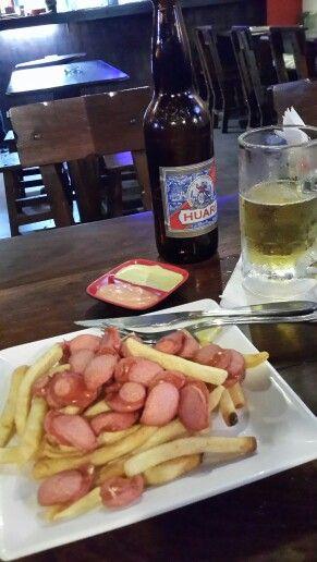Salchipapas con cerveza, una placer único...