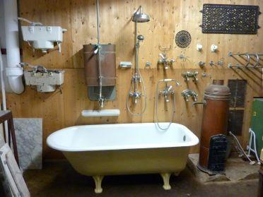 Gietijzeren stortbakken en ijzeren bad te koop bij briekantiek