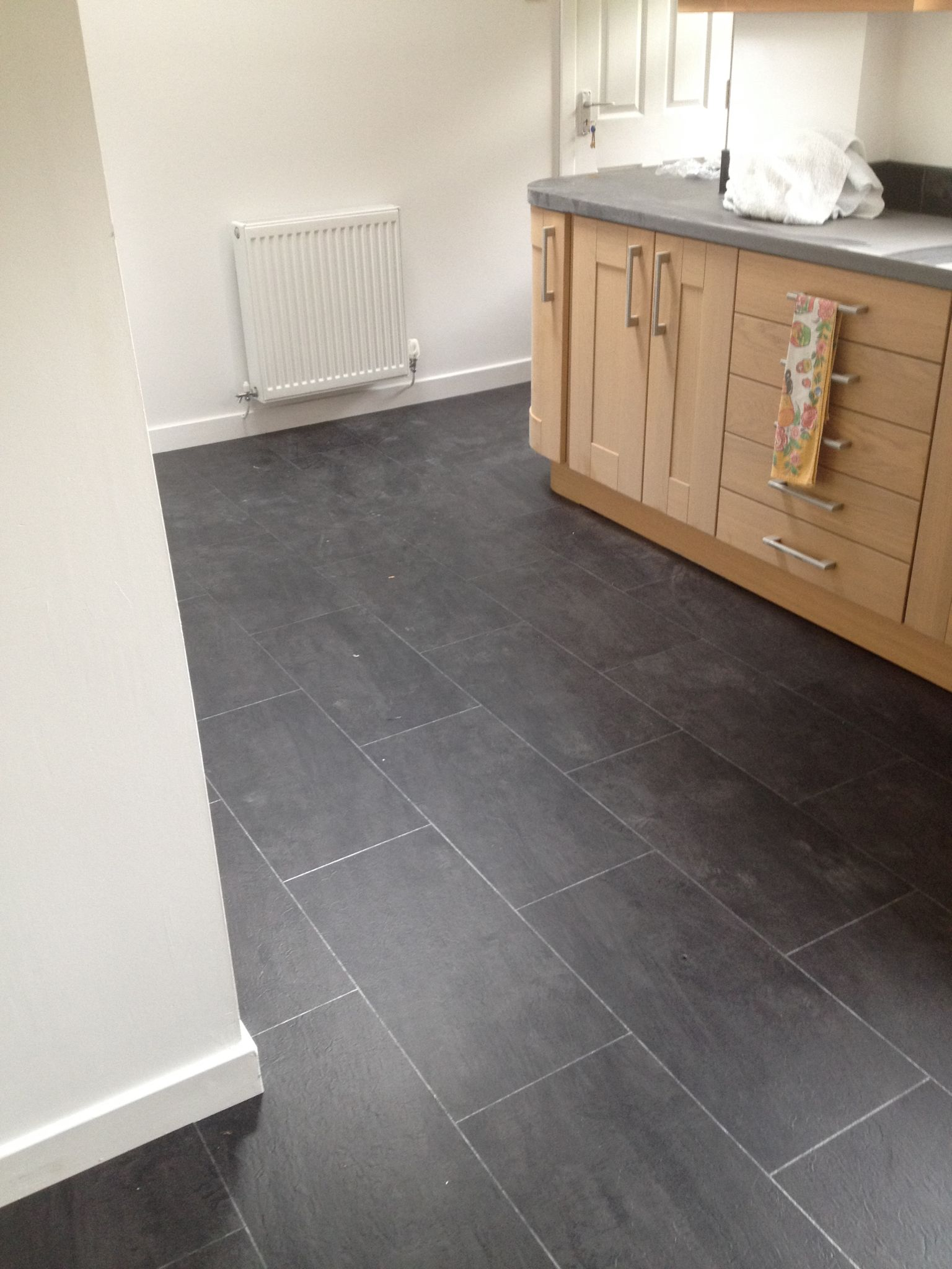 polyflor colonia welsh raven slate with an ice grout strip
