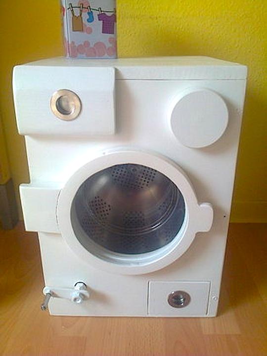 Ist das nicht eine süße Spiel-Waschmaschine?!! :-D We just love this little toy washer!! :-D #makeityourhome #bosch http://www.1-2-do.com/de/projekt/Spielzeug-Waschmaschine/bauanleitung-zum-selber-bauen/4005972