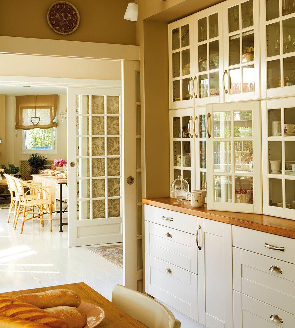 Mueble vitrina a medida en la cocina