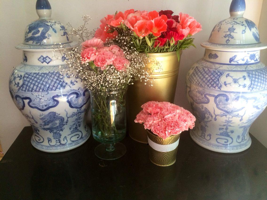 Arreglo en tonos rosa con bajo presupuesto #DIY #flowerarrangement #flowers #pink #gold #paintedflowerpot