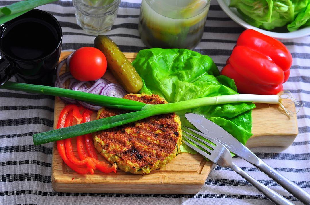 Burger Wedlug Pieciu Przemian Veryhealthyfreaks Burger Food Chicken