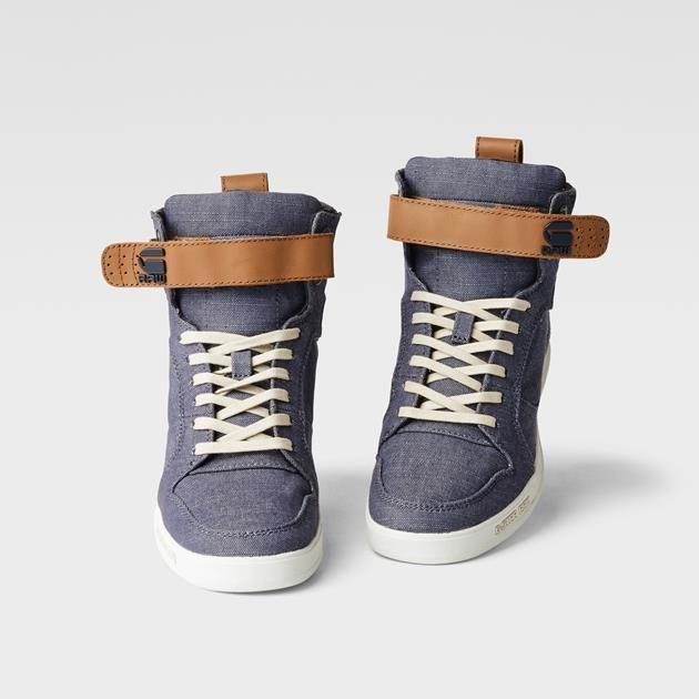 Chambray-Sportschuh mit Schnürsenkeln in Kontrastfarbe und sportlicher, 2-farbiger Sohle. Glänzender Akzent an der Ferse.