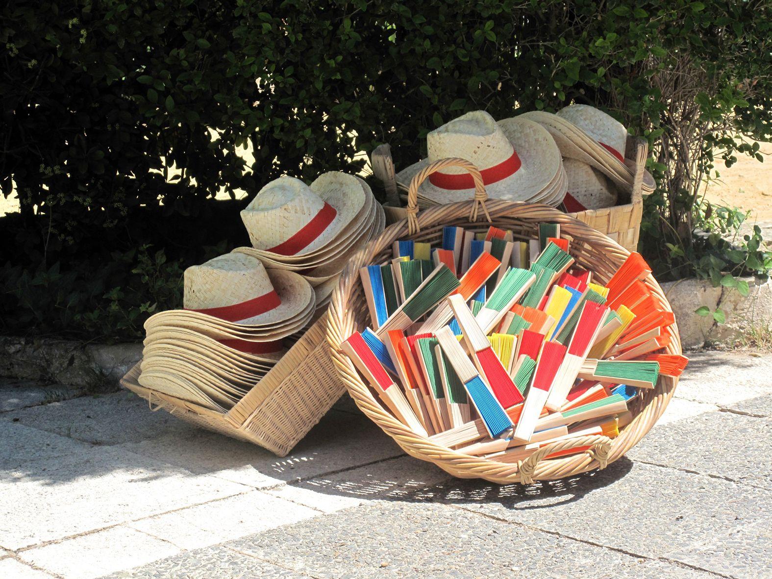 Sombreros y abanicos para combatir el calor cuando celebramos una boda al aire  libre en verano. 4b640e059cb