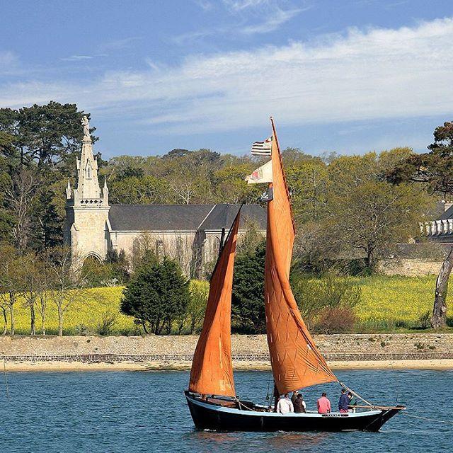Sinagot : nom masculin, bateau à voile, caractéristique du petit port de Séné, traditionnellement utilisé pour la pêche dans le Golfe du Morbihan