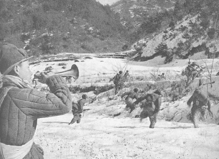 Chinese troops pour from their hiding places to encircle the 1st Marine Division as itreached the Chosin Reservoir. The US 7th Infantry Division suffered heavy casualties atthe northern end of the reservoir.