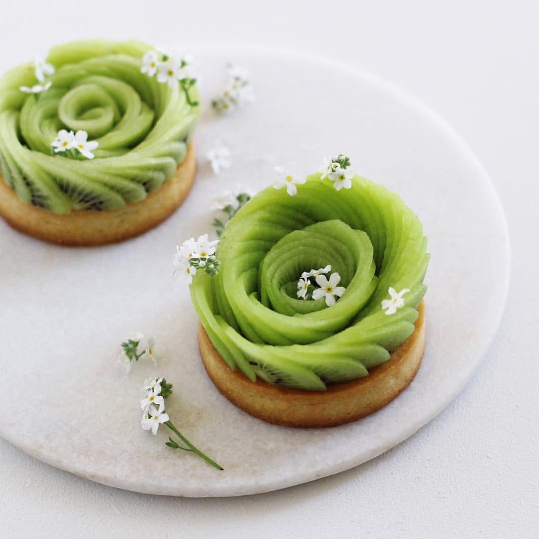 au chocolat blanc et Skyr (yaourt crémeux) ressemblantes à des roses ,  Même recette avec des pêches, nectarines  à traduire , Kiwi rose  tartlets .