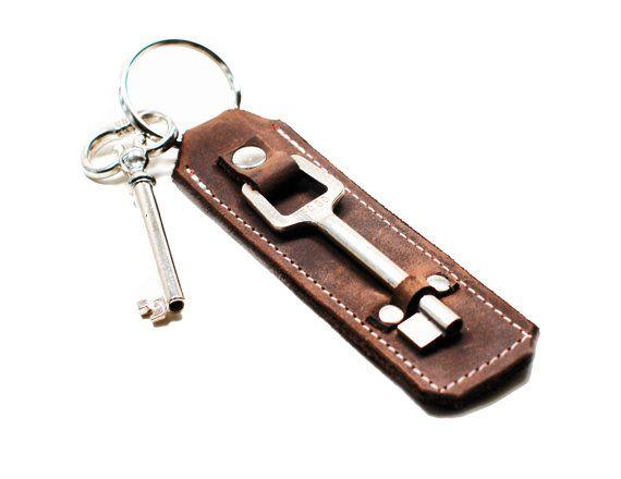 EN STOCK y listo para enviar  Skeleton Key Fob llavero - piel puerta Keeper - inauguración de Steampunk Industrial regalo  Estos llaveros de cuero son acentuados con llaves de esqueleto antiguas o antiguo bocallave hardware - son perfectos para usar como llaveros y hacer regalos de la gran inauguración de la casa. Como las llaves que utilizamos son re-purposed varían para cada llavero.  Este listado está para un llavero de cuero sólo. La clave en el anillo es para propósitos de la…