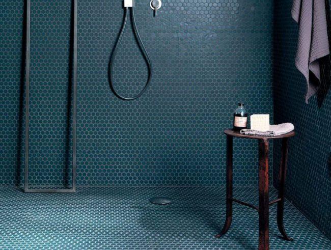 moderne badgestaltungsideen mosaikfliesen blau rund abflusskanal beistelltisch - Schwarzweimosaikfliese Backsplash