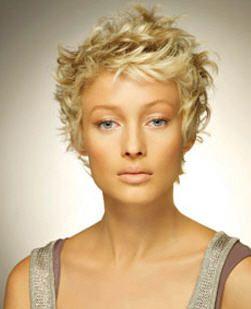 Mode coupe courte cheveux ondulés bouclés Hair Styles