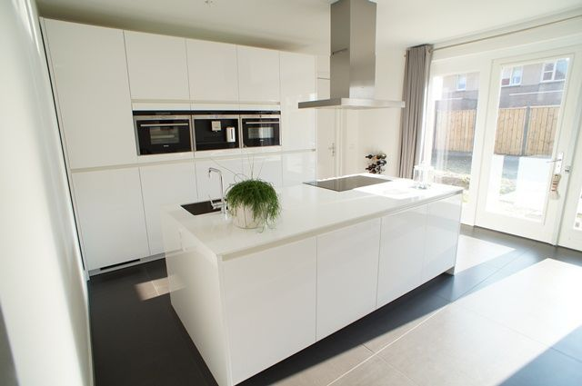 Afzuigkap Op Maat : Een moderne keuken met kookeiland. het kookeiland bevat zowel een