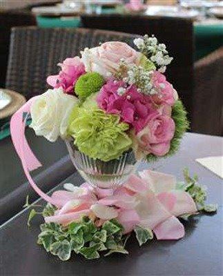 centre de table pour mariage composé de roses rose, hortensia et œillet. idéal pour un mariage romantique