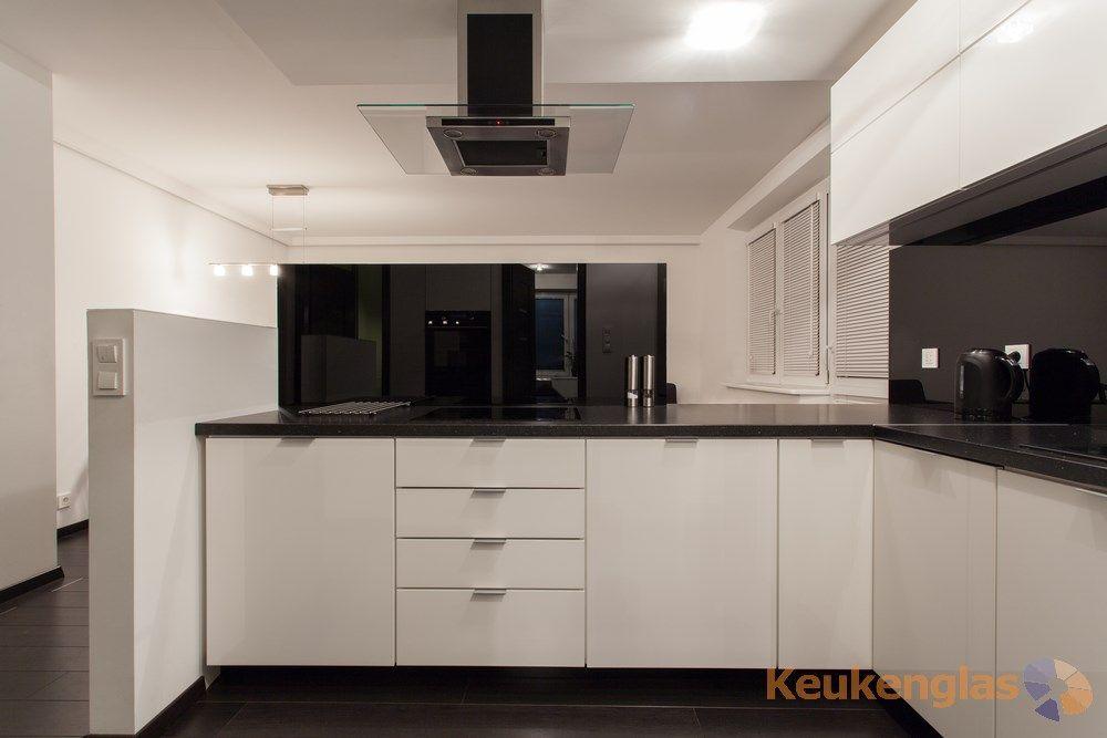 All black! zwarte glazen achterwand in een moderne keuken met een