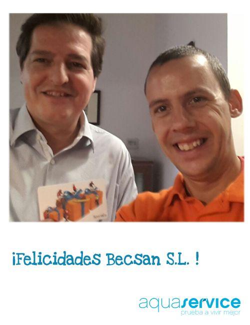Nuestro repartidor David con el gerente de la empresa afortunada, Becsan en Madrid, donde beben nuestros minis. Enhorabuena.
