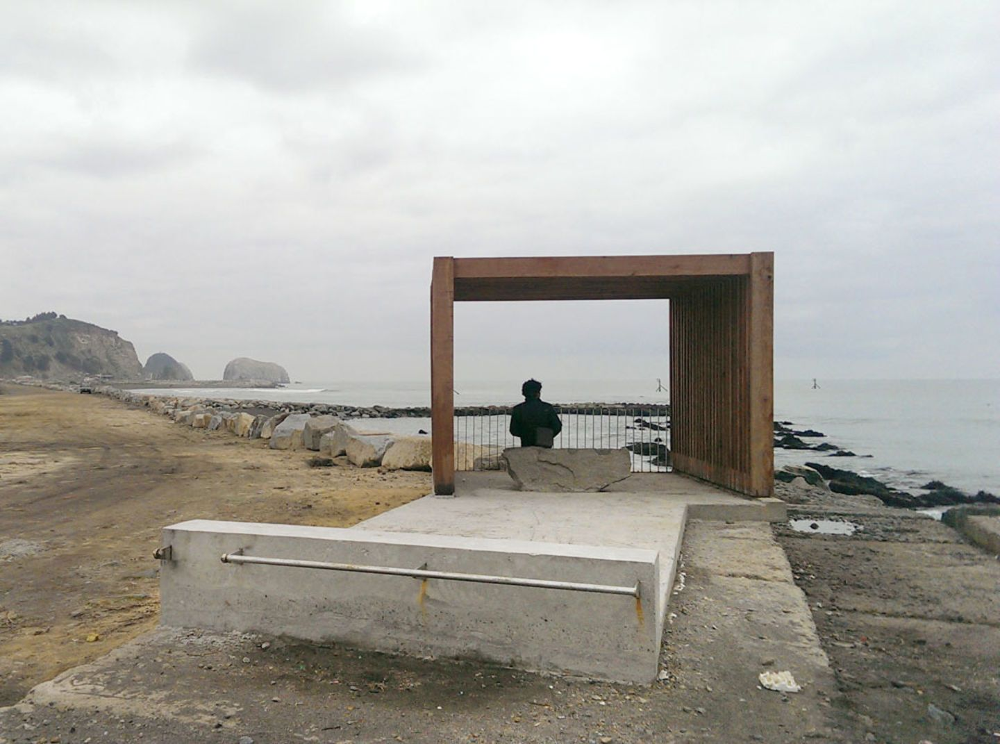 Developed in the context of the Post-tsunami Sustainable Reconstruction Plan (PRES) of Constitución, the project consists of a series of coastal lookout points along the way from Maule River's mouth (downtown) to Maguellines Port, in order to reinforce...