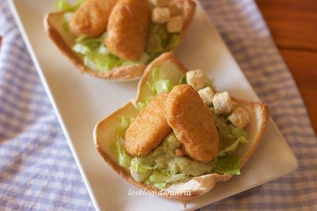 Nuggets de pollo sobre guacamole en canastas de pan de molde | Comer con poco
