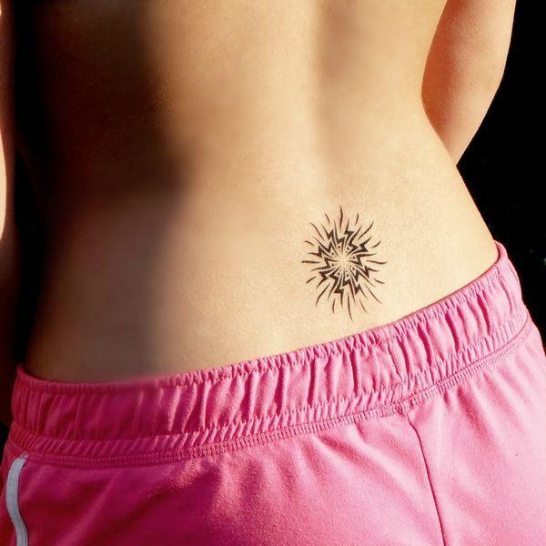 tatouage soleil ardent sur la bas du dos tatouage temporaire pinterest tatouage tatouage. Black Bedroom Furniture Sets. Home Design Ideas
