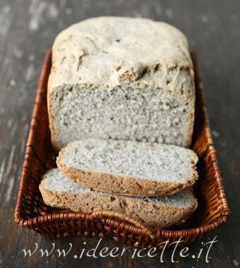Pane in cassetta con grano saraceno e semi di sesamo nero