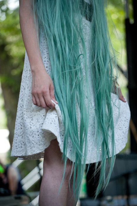 Green mint hair. It´s obviously a wig, but who cares! I´d love to rock this colourful Rapunzel hair.