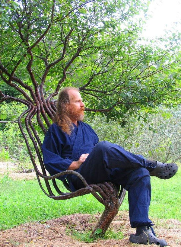 Artist Peter Cook seated in his living garden chair. Read more about tree shaping at: http://pooktre.com/