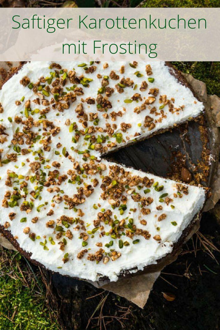 Saftiger Karottenkuchen mit Frosting und karamellisierten Mandeln  Zutaten:  Für den Boden   300g Karotten  6 Eigelbe 250 Zucker 6 Eiweiß 250g gemahlene Mandeln 100g Mehl Abrieb einer Bio-Zitrone eine Prise Salz Für die Creme  200g Frischkäse 100g Puderzucker 150g Yoghurt Abrieb einer Zitrone Pistazien 50g Mandeln 4 EL Zucker