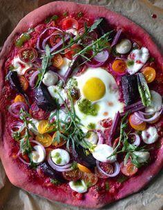 Vegetarische Pizza mit Teig aus Rote Bete
