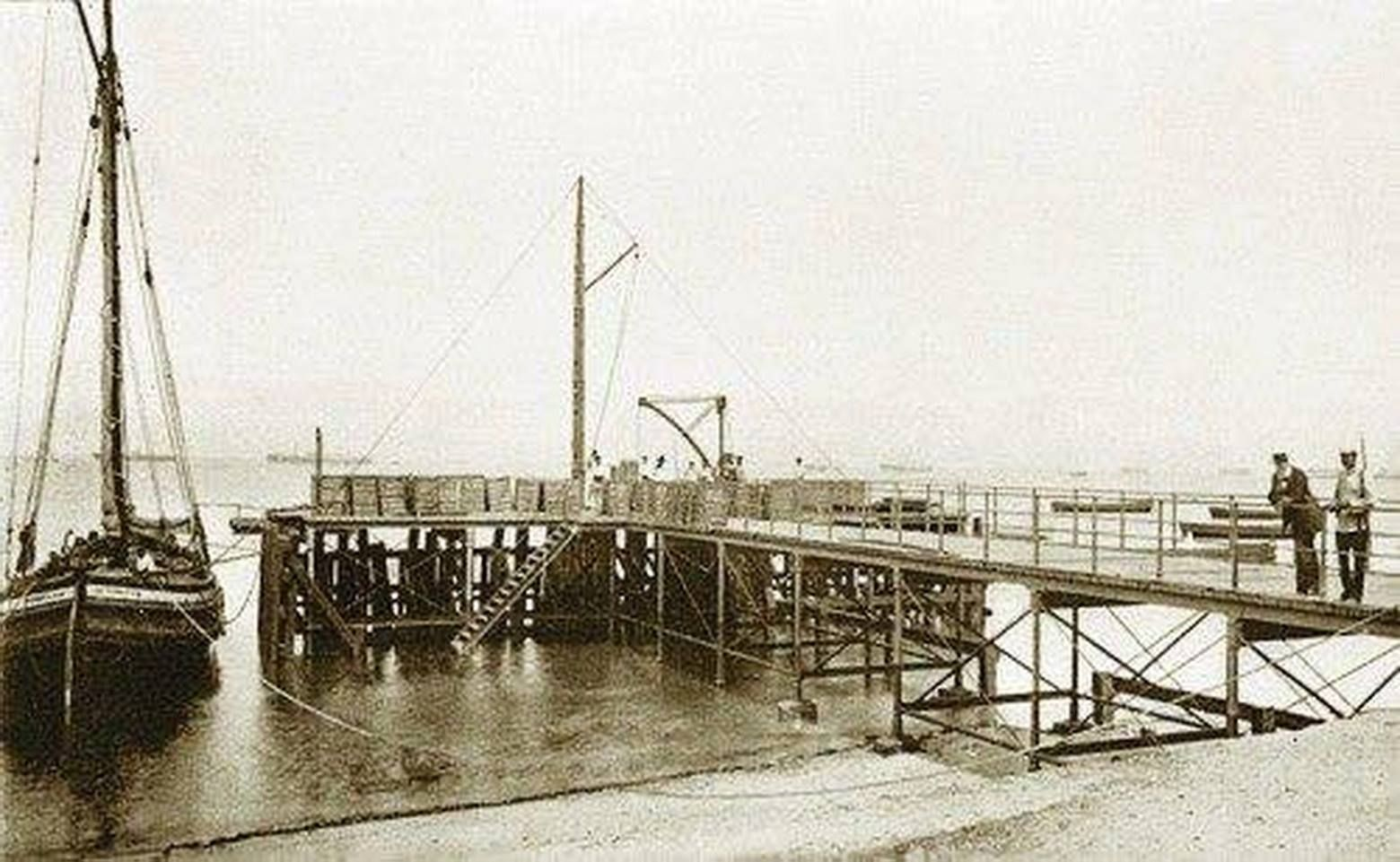 El embarcadero de madera de la bodega Lacave en la playa de la Segunda Aguada