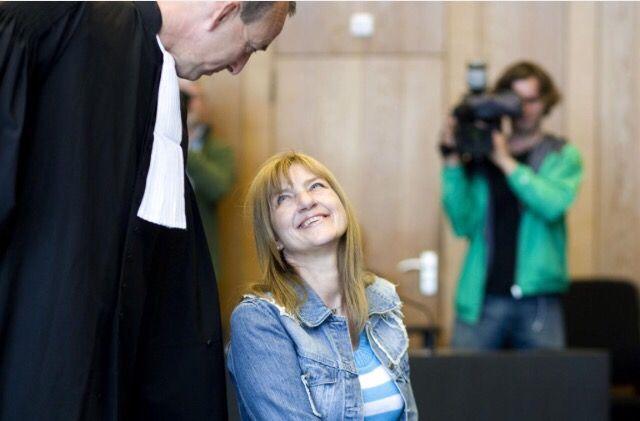 Op deze foto is Lucia de Berk met haar advocaat te zien toen zij de rechtzaak wonnen. Dit vind ik ook bij mijn onderwerp passen omdat haar advocaat haar heeft gesteund en het niet heeft opgegeven ook toen iedereen dacht dat zij een moordenaar was.