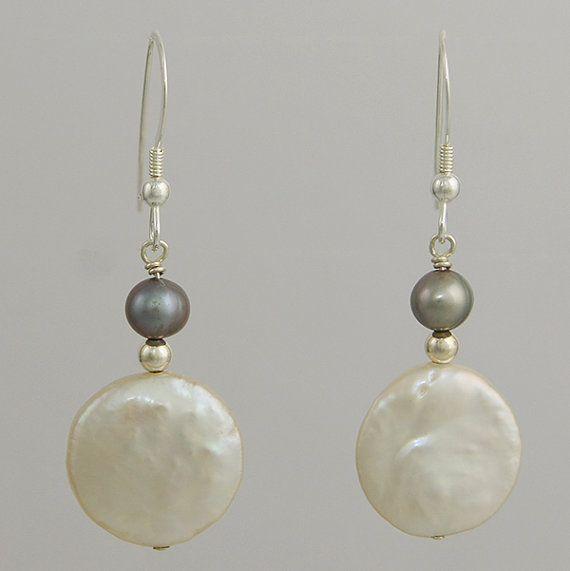 Pendientes perla blanca moneda por CapeCoastalDesigns en Etsy