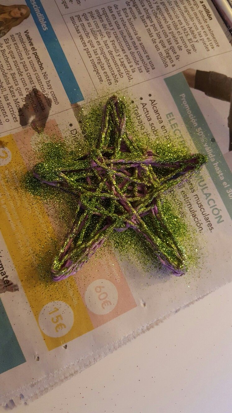 Estrella hecha con cola y brillantina