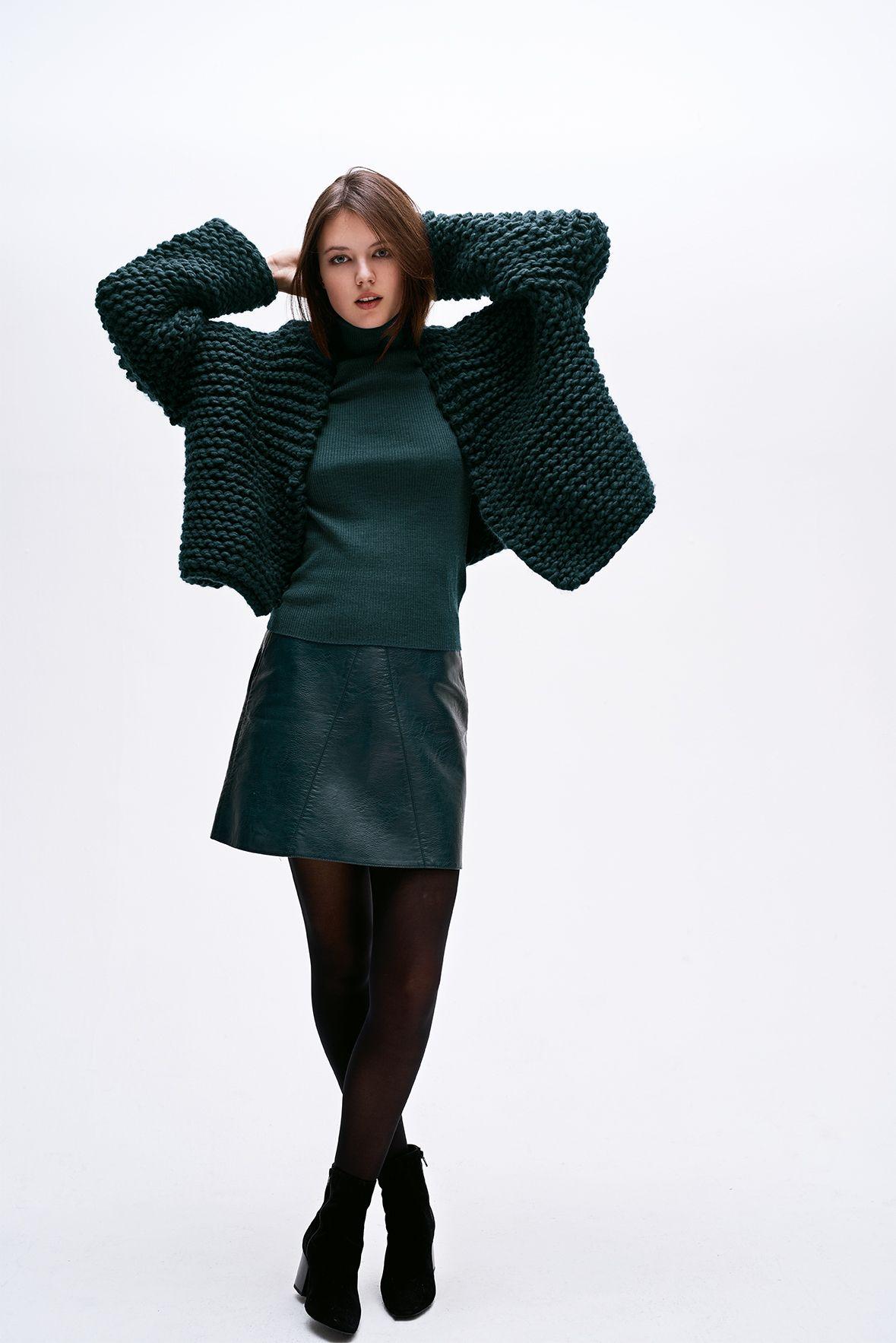 Das Handstrick-Magazin Made by Me Handknitting No. 5 spiegelt die aktuellen Trends wider. In vier Kapiteln werden 49 topmoderne Strick- & Häkelpieces vorgestellt. Stimmige Naturtöne mit Degradeeffekten, Streifenlooks mit glamourösen Glitzergarnen, facettenreiche Grüntöne und schrille Neontöne erwarten euch. Neben Kleidung und Accessoires präsentiert das Magazin auch eine bunte Auswahl cooler Homedeko. #stricken #knitting #wolle #wool #diy #craft #crafting #häkeln #crochet #chrocheting
