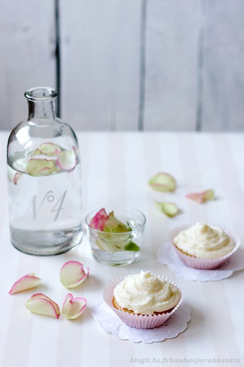 Ginger cupcakes with rose frosting (recipe in Finnish)