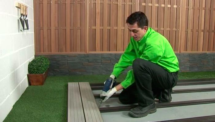 C mo instalar un suelo de lamas de composite en tu jard n - Como poner un suelo de madera ...