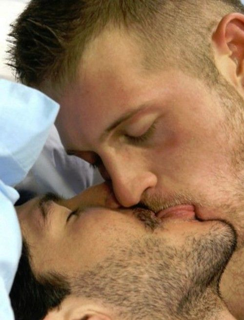 Gay men kising